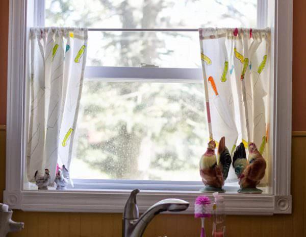 Такие занавески размещаются на половине окна (нижняя часть). Материалы используются легкие, цвета, преимущественно, светлые, натуральные.