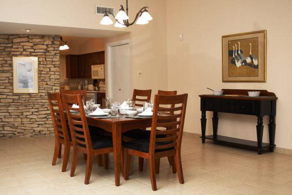 Деревянные стулья создают чувство уюта и гармонии, что располагает гостей к хозяевам дома.