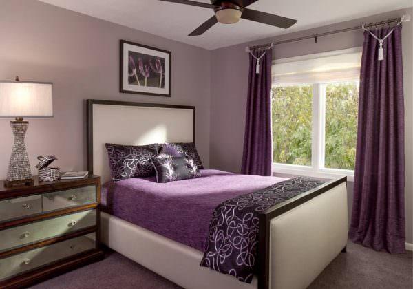 Фиолетовые тона отлично успокаивают. Ассоциация с цветом заката подготовит организм ко сну. Интерьер в таком цвете одновременно спокойный, мягкий и стильный.