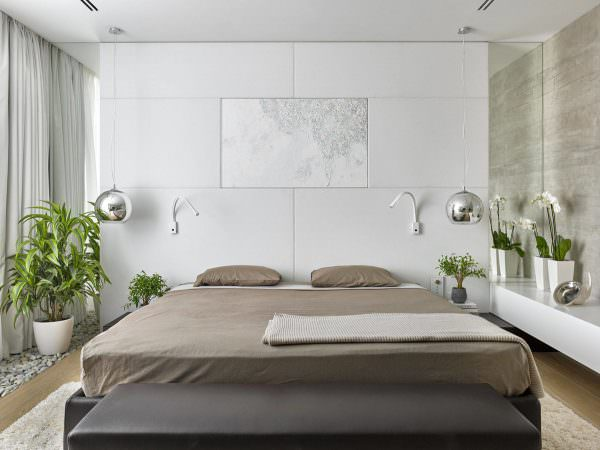 Разбавить сдержанность дизайна можно акцентами в виде картин, торшеров, комнатных растений.