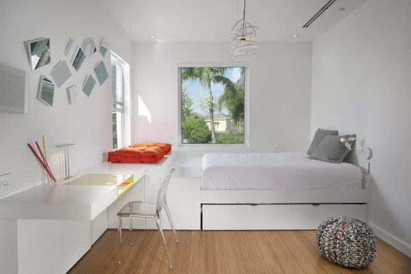 Для маленькой спальни это - самый оптимальный вариант. Здесь не нужны никакие излишества и избыток декоративных элементов. Все только самое необходимое, удобное и функциональное.