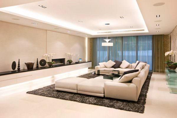 Для большого помещения можно использовать любой из понравившихся стилей. Но помните, что даже при существовании в современных тенденциях максимализма, заставлять гостиную большим количеством мебели или хлама уж точно не стоит.