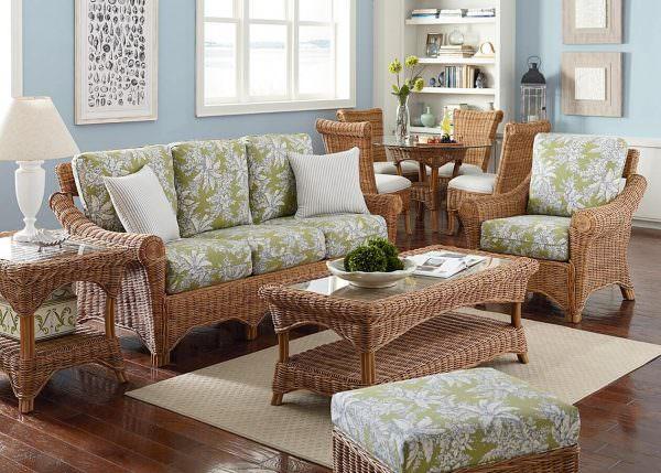 Плетеные столики и стулья отлично впишутся в светлую и уютную гостиную.