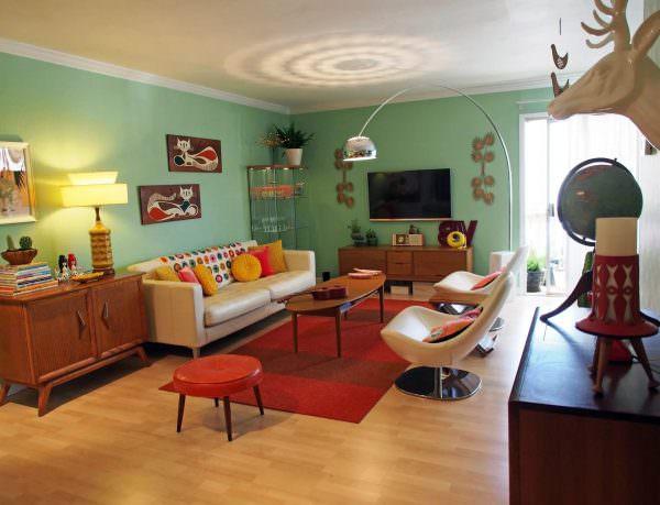 В интерьерах 2020 года популярны течения 1970-х. Это значит, что яркие цвета (а в особенности красный, оранжевый и синий), контрастные сочетания, бесформенная мебель и обилие разнообразных декоративных элементов нынче в моде.