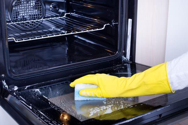 Поверхность духового шкафа нужно намочить, используя мягкую губку и мыльный раствор.