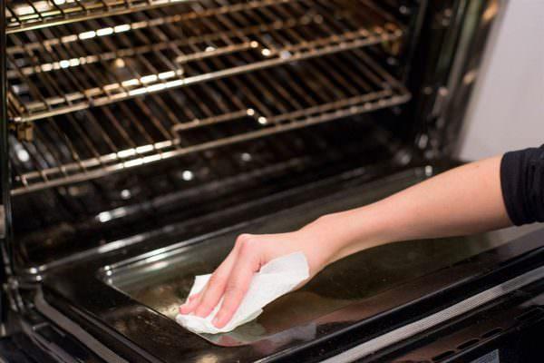 Идеальным вариантом будет мытье духового шкафа после каждого использования.
