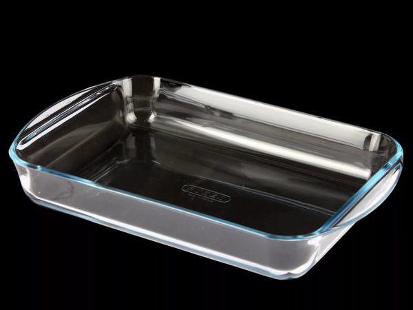 Если нужно очистить противень из стекла и керамики, то этот способ тоже подойдет. Главное, избегать абразивных средств, которые могут повредить поверхность и оставить на ней механические повреждения.
