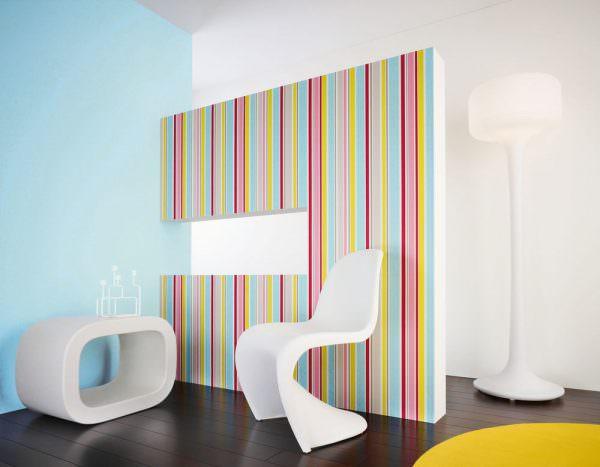 Однотонные полотна дают возможность построить интересную фигурную композицию. Например, радугу – она отлично подойдет для зала, совмещенного с детской игровой.
