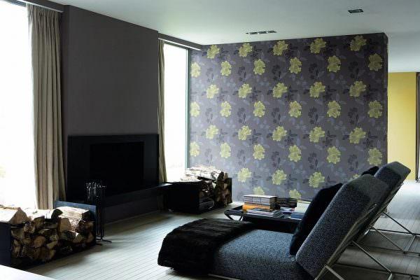 Одну стену можно выделить с помощью цвета или текстуры. В этом случае можно применить обои разных видов, выделив одну зону виниловыми, жидкими или стеклянными обоями.