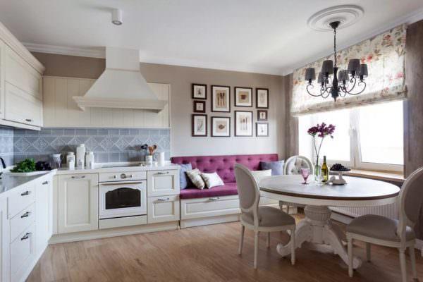 Такая мебель пользуется большой популярностью. Ассортимент мини-диванов очень широк.