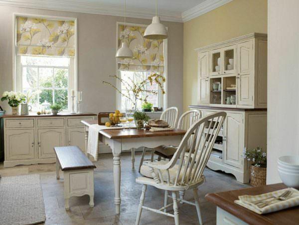 Раздвижная конструкция подходит для кухонь абсолютно любых размеров по площади.