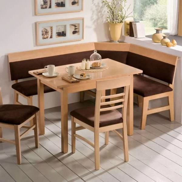 Сейчас очень часто в магазинах можно встретить варианты угловых обеденных зон, в комплекте с которыми идут раздвижные столы.