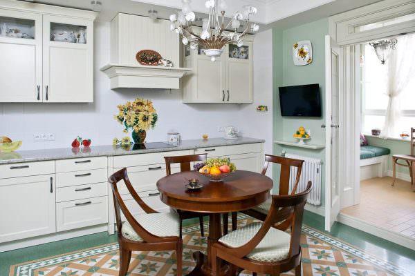 Плюсом такого варианта мебели является то, что за ним может располагаться больше количество человек, чем за столиком, форма которого квадратная или прямоугольная.