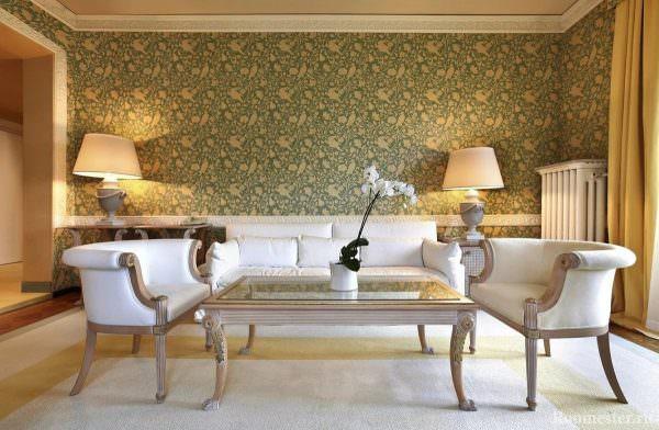 Такие обои хорошо подойдут для зала, оформленного в классическом стиле. Они стильно выглядят и добавят интерьеру необходимой роскоши.