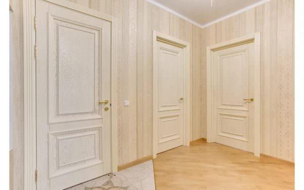 Дизайн обоев в прихожей под светлые двери