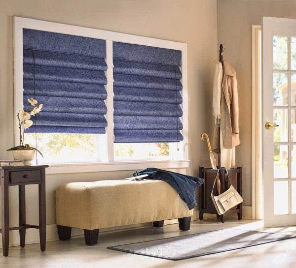 Одна из самых популярных тенденций, используемых дизайнерами в оформлении окон в 2019 году – римские шторы.