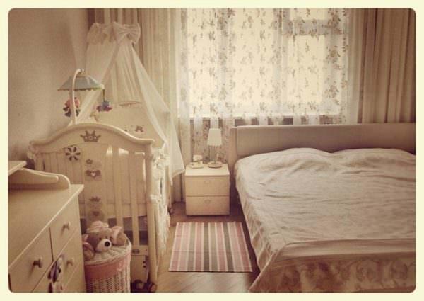 В маленькой спальне можно компактно расположить детскую кроватку