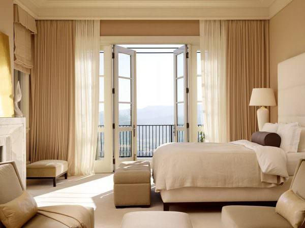 В спальне рекомендуется использование неярких цветов. Декор окна должен способствовать общему расслаблению организма, так как спальня – место для отдыха.