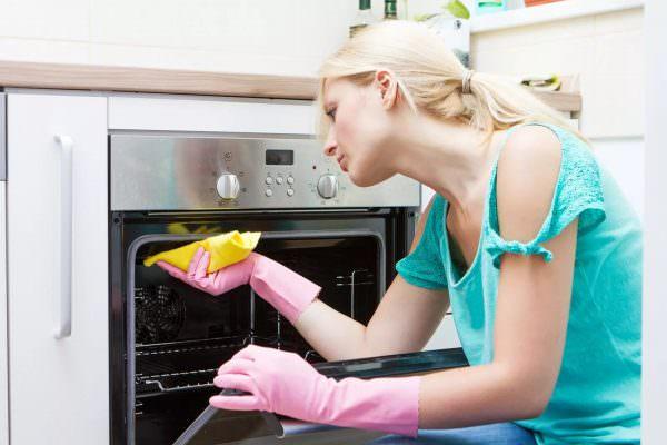 Особенно тщательно нужно удалять остатки средств из углов и других труднодоступных участком, иначе при готовке химические элементы могут попасть на еду.