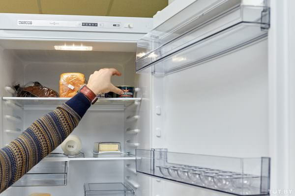 Прежде чем отправить холодильник в «отпуск» из него нужно достать все продукты, весь мусор и крошки.