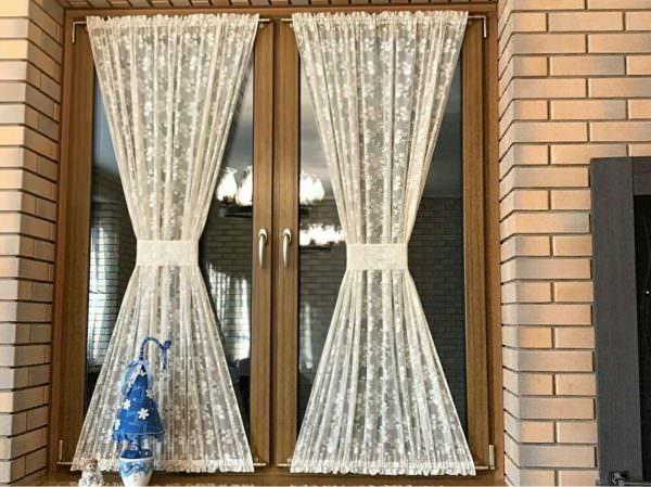Шторы – кафе – это короткие занавески, мило украшающие нижнюю часть окна.