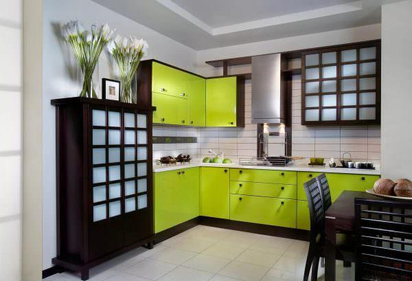 Чаще всего используется оттенками: оливкового, хвойного, бледно—салатового цветов.