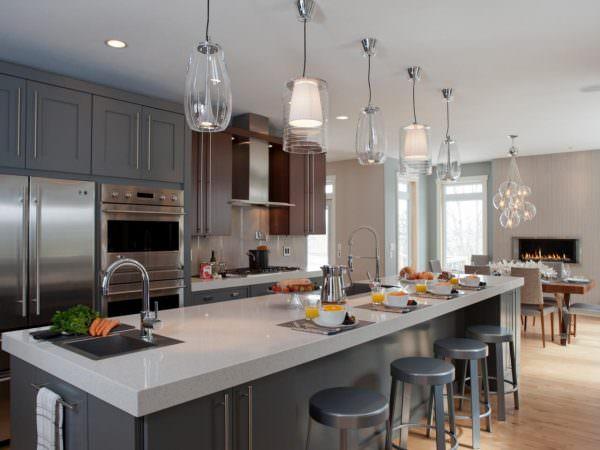 Дизайнерские светильники над островом на кухне