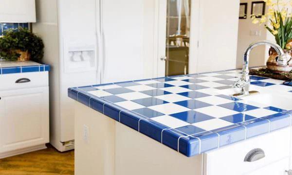 Разноцветная плитка менее требовательна к уходу, и ее не надо будет постоянно полировать.