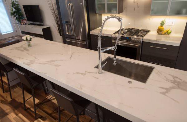 Большой выбор фактур камня и цветовой диапазон материала позволит подобрать керамогранит к любому кухонному гарнитуру и дизайну вашей кухни.