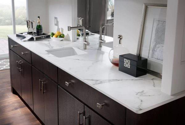 Производители предлагают варианты такой плитки с рисунком, и вы можете подобрать материал для рабочей зоны, фартука на кухне и столешницу обеденного стола и все это оформить в одном дизайне.