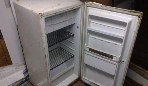 Многие оставляют холодильники на балконах или в подсобном помещении до продажи или перевозки на дачный участок.