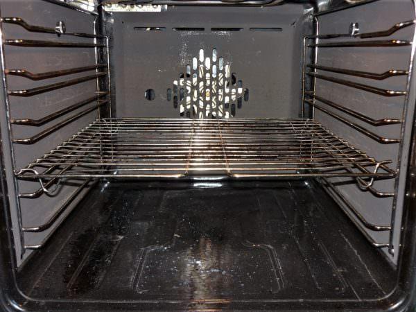 Пиролитическая очистка духовки — это процесс очищения печки, при котором остатки пищи сгорают, образуя пепел.