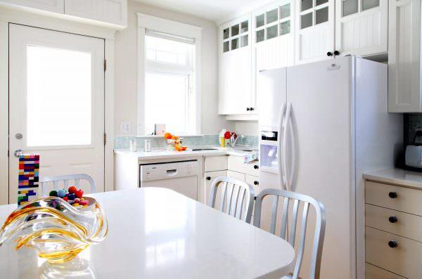 Чтобы избежать деформацию и порчу поверхностей холодильника, рекомендуется не ставить агрегат близко к стене, мебели и межкомнатным дверям.