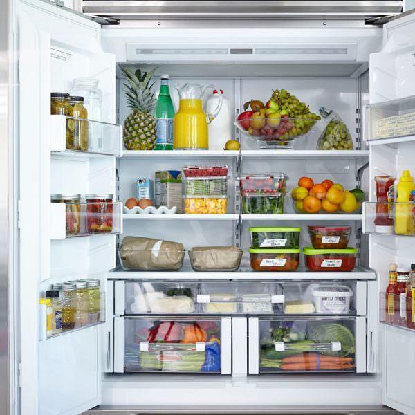 • Средние полки – на них оставляют продукты, хранящиеся при +4 градусах. Сюда можно поставить молоко, булку, колбасы, фрукты.