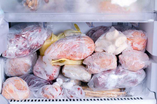 Мясо лучше сохраняется в разделанном виде, тушку куры лучше хранить отдельно от внутренностей.