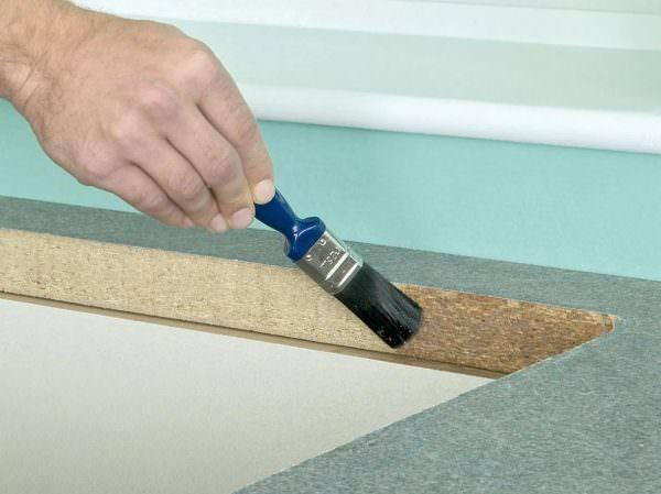 В случае если было принято решение самостоятельно делать мебель из таких материалов, как ЛДСП или МДФ, нужно будет позаботиться о защите торцевых частей.