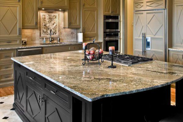 Главным достоинством керамической столешницы из искусственного камня является прочность камня и достаточно невысокая цена, поэтому она пользуется огромной популярностью у хозяек.