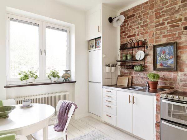 Особой популярностью считается создание кирпичной стенки на кухне - своими хорошими эксплуатационными свойствами этот материал очень хорошо подходит для декора кухонного помещения и для создания в ней уюта.