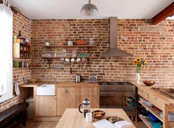 В этом стиле подразумевается полная отделка стен с использованием натуральных кирпичных блоков.
