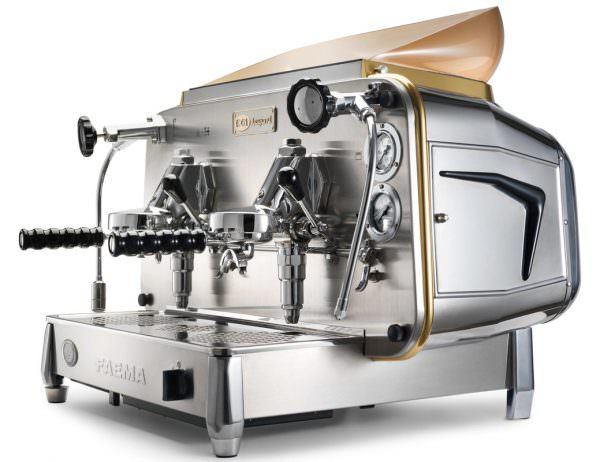 Первая кофемашина, работающая от электричества, была изобретена и запатентована в 1961 году компанией Faema.