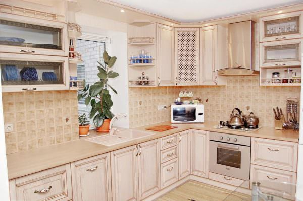 Зрительно расширить пространство позволит светлый угловой кухонный гарнитур.