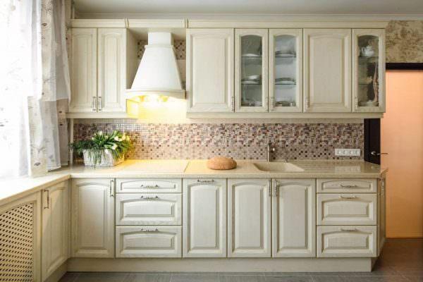 Добиться эффекта высокого потолка можно за счет использования деталей на разном уровне, светлые подвесные полки и шкафы отлично справятся с данной задачей.