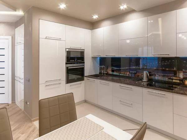 При выборе столешницы для светлой кухни предлагается выбрать натуральный или имитирующий натуральный материал: дерево, камень.