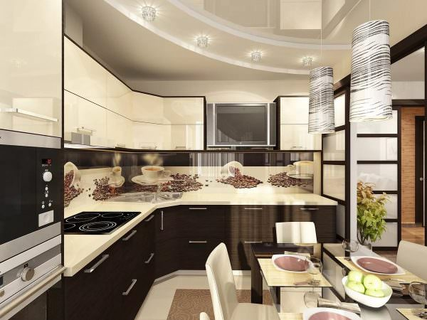 В сети много фото с изображением современных кухонь в светлых тонах, но при выборе того или иного варианта