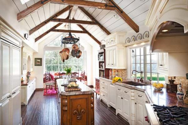 Изюминка аутентичного пространства стиля прованс - это открытый чердак, такой, чтобы была видна крыша изнутри комнаты.
