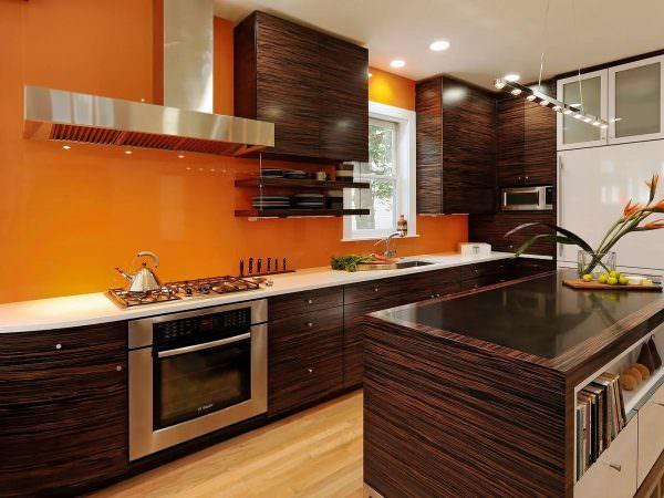 В коричневом цвете обычно выполняют мебель – здесь она разместится на персиковом фоне.