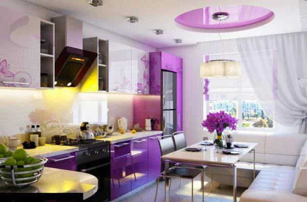 Посередине помещения на белом потолке сделайте фиолетовую вставку, а также повесьте длинно свисающие люстры.