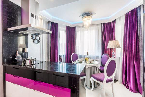 Если хотите обустроить оконный проем ярко-фиолетовыми шторами, обязательно снизьте цветовую нагрузку на гарнитур, стеновые обои или напольное покрытие