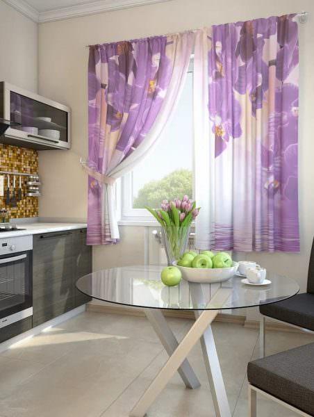 Кухня в сиреневых тонах с красивыми оконными шторами принесет вам массу удовольствия.