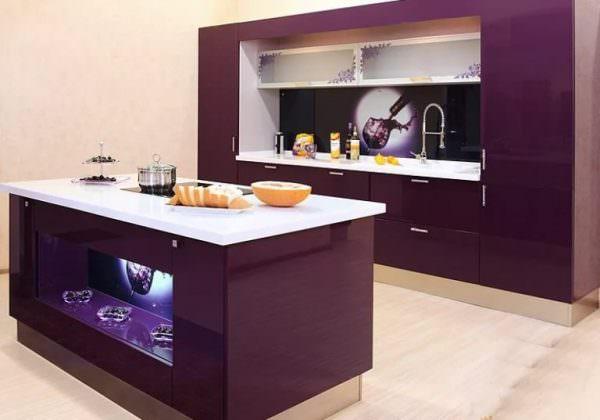 Специалисты области дизайнерского искусства советуют при оформлении интерьера кухонного пространства руководствоваться правилом трех цветовых гамм.
